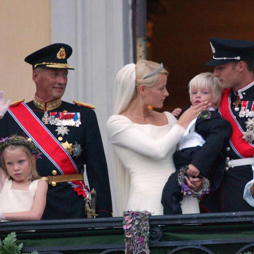 König Harald, BrautmutterMarit Tjessem und der kleineMarius Borg Høiby bei der Hochzeit von Prinzessin Mette-Marit mit Prinz Haakon am25. August 2001.