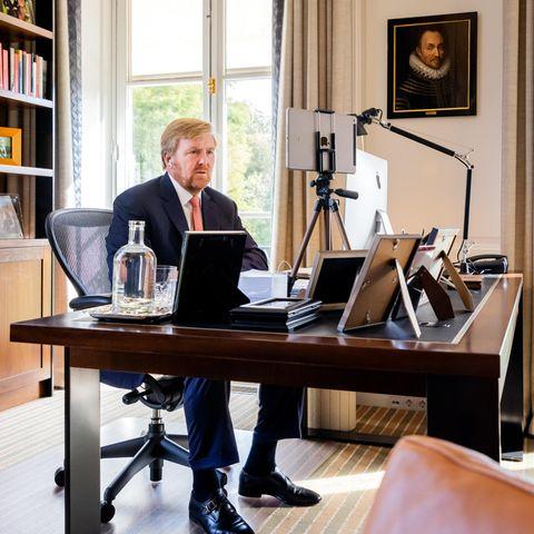 Um Videokonferenzen optimal abhalten zu können, hat König Willem-Alexander sein iPad in Augenhöhe auf ein Stativ geklemmt. Auch ein ergonomischer Schreibtischstuhl ist für die Arbeit wichtig.