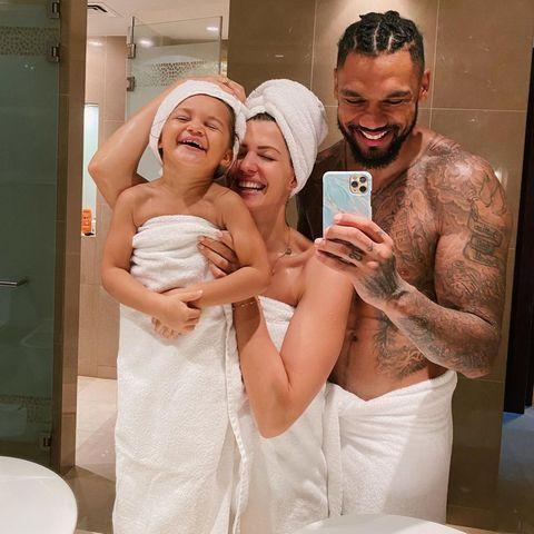 """10. Oktober 2020  Mit diesem niedlichen Schnappschuss aus dem Badezimmer wünscht Familie Harrison den Followern auf Instagram einen """"Guten Morgen""""."""