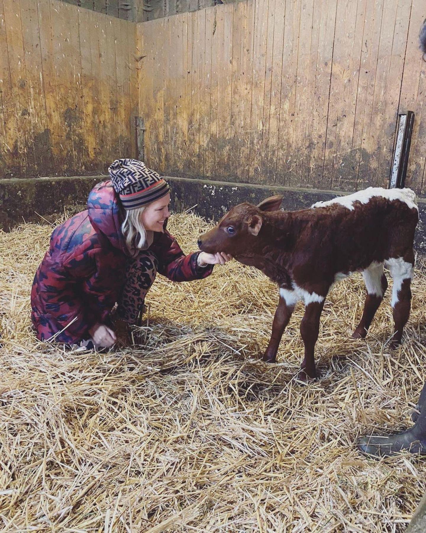 Mit der Familie geht es für Monica Meier-Ivancan auf den Bauernhof. Dort stehen Kuscheleinheiten mit diesem niedlichen Kälbchen auf dem Programm.