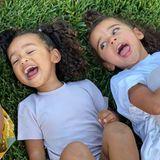 """16. Oktober 2020  """"Nichts erfüllt mein Herzmehr"""", schreibt Kim Kardashian zu diesem Foto. Herzlich lachend liegen ihre Kinder Saint und Chicago und Rob Kardashians Tochter Dream im Gras."""