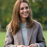Herzogin Kate wählt nicht mal zwei Wochen zuvor die gleiche Kombi. Auch sie trägt über einem hellen Wollpullover und einer dunklen Chino-Hose einen karierten Mantel. Ihr Modell stammt vom spanischen Label Massimo Dutti.