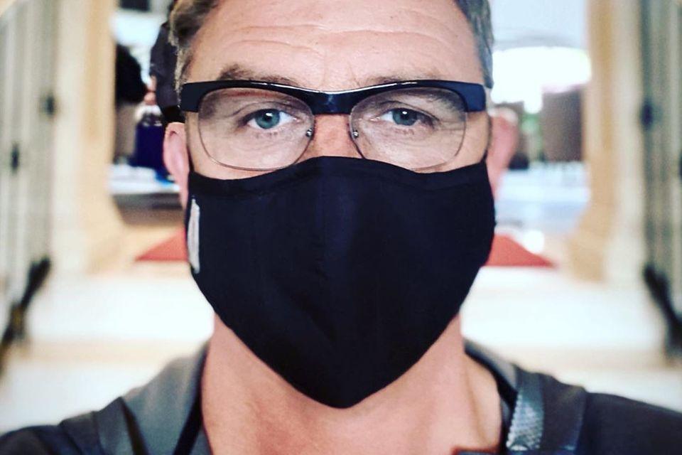 """""""Bergdoktor""""-SchauspielerHans Sigl erinnert bei Instagram daran, wie wichtig es aktuell ist, einen Mund-Nasen-Schutzzu tragen."""