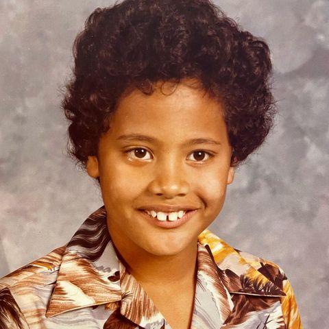 """Dwayne Johnson  Auf seinem Instagram-Profil wirft """"The Rock"""" einen Blick in die Vergangenheit und zeigt uns sein 7-jähriges Ich, mit Afro, Zahnlücke und Hawaiihemd."""