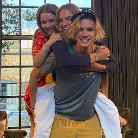 """17. Oktober 2020  Romeo Beckham trägt seine """"zwei Prinzessinnen"""" zwar nicht auf Händen, dafür aber Huckepack. Dieses lustige Foto mit Freundin Mia und Schwester Harper, teilt der Beckham-Spross auf Instagram."""