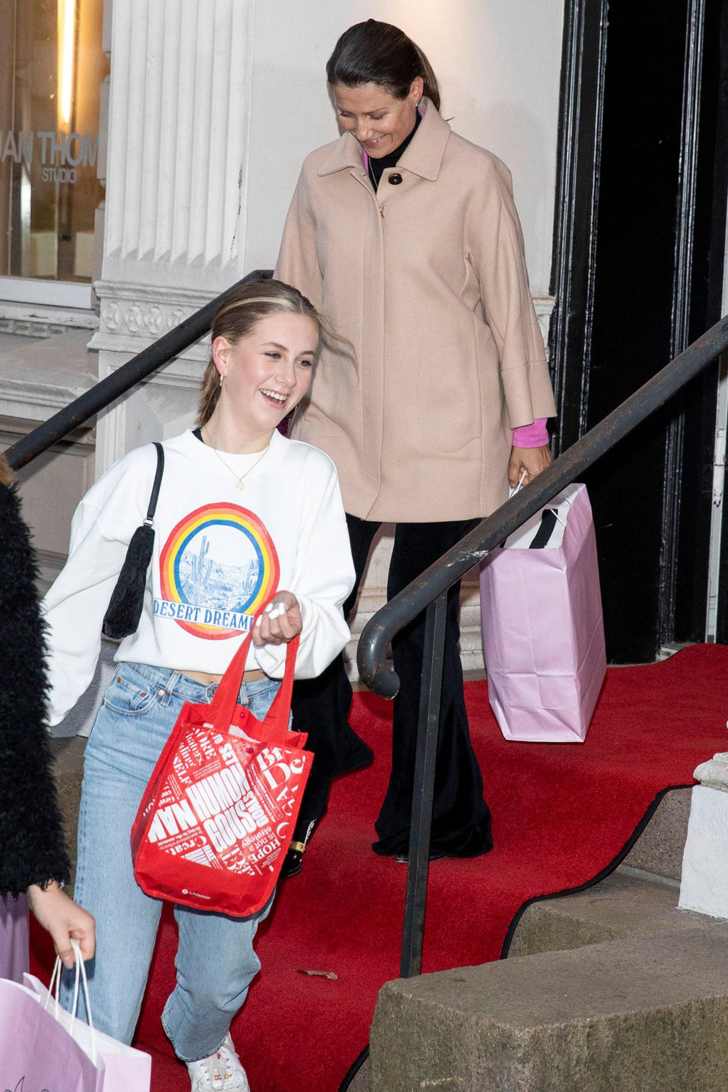 Es sind besondere Fotos, die Prinzessin Märtha Louise und ihre Tochter Leah Isadora zeigen, wie sie strahlend aus einem Beauty-Salon in Oslo kommen. Nach Gerüchten um einen temporären Auszug der Kinder, scheint sich die Schwester von Prinz Haakon extra Zeit für ihre Kinder zu nehmen. Ihre Jüngsteist ein absoluter Make-up-Junkie und zeigt auf ihrem Instagram-Account täglich neue Inspirationen. Der Look ausJeans und coolem Sweatshirt steht der 15-Jährigensuper. Genau so wie das ehrliche Lachen in ihrem Gesicht, das nach dem Suizid ihres Vaters knapp 10 Monate zuvor, ein wunderschöner Anblick ist.