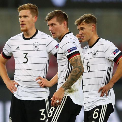 Marcel Halstenberg, Toni Kroos undJoshua Kimmich bei der Begegnung Deutschland - Schweiz am 13 Oktober 2020 in Köln.