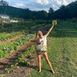 """Gisele Bündchen hält es mit dem Sprichwort """"Lass Essen deine Medizinsein"""". Auf Instagram teilt sie ein Fotoalbum aus ihrem Garten und schreibt: """"Essen ist eines der mächtigsten Werkzeuge, um unser Immunsystem zu stärken. Ich glaube fest an das alte Sprichwort: 'Lass Essen deine Medizin sein', da ich einen großen Unterschied in meinem Leben spürte, als ich anfing, bessere Essensentscheidungen zu treffen[…]""""."""
