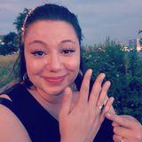 """Überglücklich teilt Schauspielerin Julia Augustin, bekannt aus der RTL-Serie """"Alles Was Zählt"""", die frohe Kunde mit ihren Fans: """"Wir sind verlobt. [...] Ich habe im entscheidenden Moment gleichzeitig gelacht und geheult weil ich noch nie so glücklich war."""" Den dazugehörigen Ring hält sie stolz in die Kamera!"""