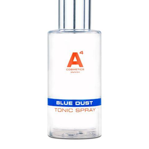 """Weil wir in Zeiten von Video-Calls und Home Office noch mehr Zeit vor dem Computer verbringen als sonst, ist der richtige Schutz gegen sogenanntes """"Blue Light"""" noch wichtiger! Dieses ultrafeine Spray """"Blue Dust"""" hilft derHaut, schädliche Umwelteinflüsse und Toxine abzuwehren und erhöht ihre Widerstandskraft - für ein langfristig jugendlicheres und ebenmäßigeres Hautbild. Von A4 Cosmetics, rund 50 Euro"""