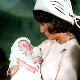 19. Oktober 1971  Ganz verschlafen gucktPrinzessin Märtha Louise von Norwegen ihre Mutter Königin Sonja an. Die Zweitgeborene der royalen Familie trägt bei ihrer Taufe in der Osloer Schlosskapelle sogar ein besonderes Taufkleid, nämlich noch ein selbstgenähtes von König HaraldsGroßmutter Prinzessin Ingeborg (†1958).