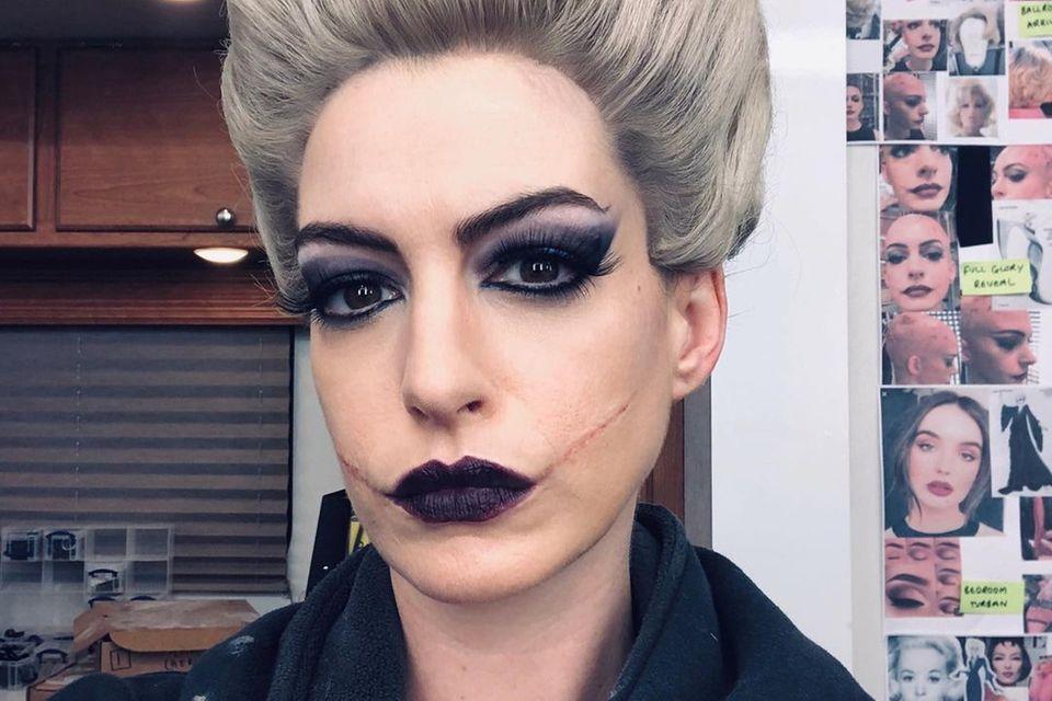"""Freunde des guten Wortspiels dürften sich über diesen Post von """"The Witches""""-Star Anne Hathaway freuen, in der Maske für das """"Hexen hexen""""-Remakezeigt sie nämlich ihr """"Resting witch face""""."""