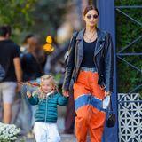 Gut für Töchterchen Lea: In dieser orangefarbenen Batikjeans von Alberta Ferretti für umgerechnet etwa 500 Euroist Mama Irina nicht so leicht aus den Augen zu verlieren. In Kombination mit einer derben Biker-Lederjacke des Labels Chrome Hearts für etwa 9.000 Euro und dem passenden Top für etwa 400 Euro sowie Dr. Martens Stiefel für etwa 100 Euro steigt der Wert ihres Outfits auf10.000 Euro.