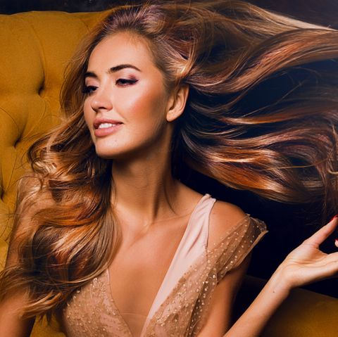 Haare stärken: Frau mit langen blonden gewellten Haaren