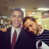 Derek Blasberg teilt ein älteres Bild aus der Obama-Zeit, und ruft seine Fans auf, sich rechtzeitig für die Wahl zu registrieren.