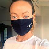 Gleich doppelt wichtig: Maske tragen und und wählen gehen. Das macht Olivia Wilde auch mit ihrem T-Shirt deutlich.