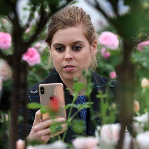 Prinzessin Beatrice greift zum Handy.