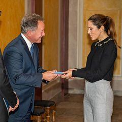 Prinzessin Mary empfängt den dänischen EntwicklungsministerRasmus Prehn und David Beasley, denExekutivdirektor des Welternährungsprogramm der Vereinten Nationen aufAmalienborg. Bei dem Besuch regnetes keine Rosen für die Prinzessin, stattdessen bekommt sie ein Geschenk mit Bedeutung...