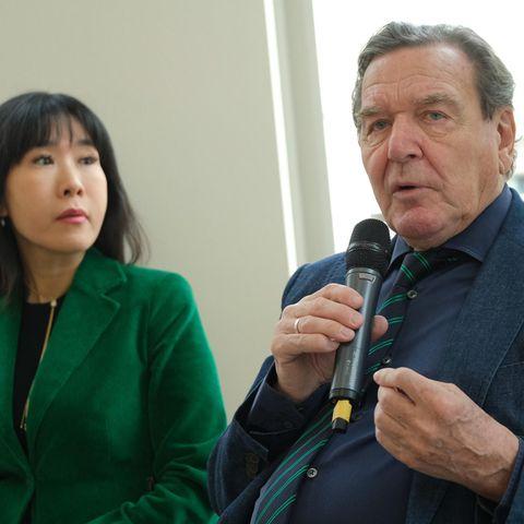 Gerhard Schröder erklärt seiner Frau den Herbst