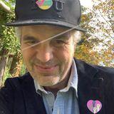 Mark Ruffalo gibt seinen Fans Style-Tipps, wie man Wahl-Pins am besten trägt.