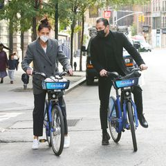 Erst gings für Katie Holmes und ihren neuen Freund Emilio Vitolo in New York zu einem kleinen Fahrrad-Date auf Leih-Rädern ...