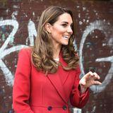 """Zum Launch des """"Hold Still""""-Fotoprojekts an der """"Waterloo Station"""" in London müssen wir kurz inne halten, als wir Herzogin Kate sehen: Die Dreifach-Mama strahlt! Ihr Haar fällt ihr lockig über dieSchultern und ihre Augen werden durch dunklen Eyeliner betont. Doch ihr Look hat einen weiteren Hingucker."""