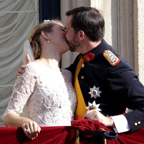 20. Oktober 2012  Dieser Kuss ist nun schon 8 Jahre her: Erbgroßherzog Guillaume heiratet seine Stéphanie bei schönstem Herbstsonnenschein in Luxemburg. Der Hof gratuliert dem Paar mit diesen schönen Erinnerungsbildern zum Hochzeitstag.