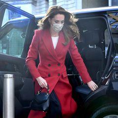 Als Kate aus dem Auto steigt, wird der dunkle plissierte Rock sichtbar, den die Herzogin drunter trägt. Er passt perfekt zu ihren schwarzen Accessoires und den dunklen Knöpfen ihres Mantels. Dazu trägt sie ein weißes Shirt. In der Vergangenheit hat Kate schon oft auf Mantelkleider gesetzt, die als Mantel und Kleid in einem fungieren.