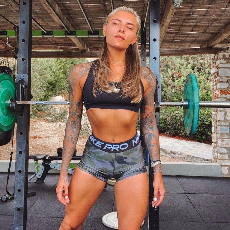 """Seit nun fast einem Jahr trainiert Sophia Thomalla regelmäßig mit Gewichten - und das Ergebnis kann sich sehen lassen. Insgesamt hat die 31-Jährige rund 10 Kilogramm mehr auf der Waage, dafür aber auch auch ein paar mehr Muskeln auf den Knochen. Momentan istSophia in Griechenland, doch auch im Urlaub gibt es für sie keine Ausreden - schließlich müssen """"Gyros und Gluten"""", wie sie selbst schreibt, ja auch wieder abtrainiert werden ... Ihre Fans auf Instagram finden den durchtrainierten Look der Schauspielerin jedenfalls super."""