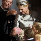 20. Oktober 2007  Das tröpfelnde Weihwasser auf ihrem Kopf hat der kleinen Prinzessin Ariane bei ihrer Taufe in der Kloosterkerk in Den Haagganz und gar nicht gefallen. Mama Máxima kannihren süßen Täuflingnur ganz mitleidig anschauen und sanft halten.
