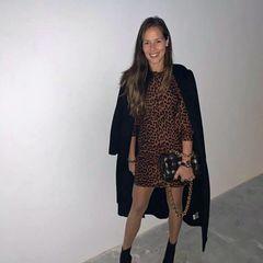 Oh, lá, lá: Ana Ivanovic zeigt sich super sexy in einem kurzen Leo-Kleid, das ihre Beine perfekt betont. Dazu kombiniert sie schwarze Stiefeletten, einen schwarzen Mantel und eine Tasche von Bottega Veneta.