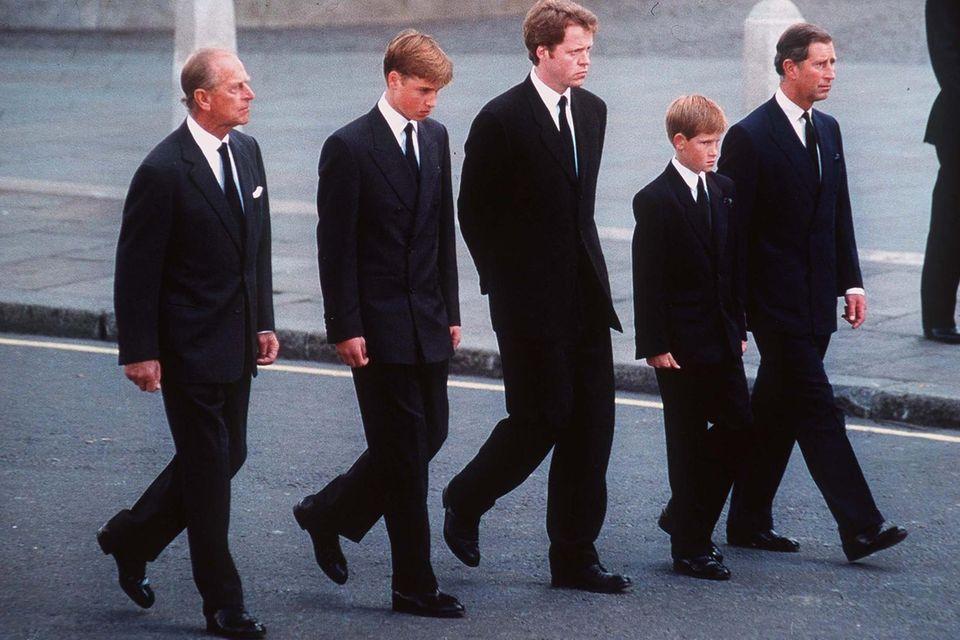 PrinzPhilip, Prinz William, Charles Spencer, Prinz Harry und PrinzCharles begleiten am 6. September 1997 den Sarg von Prinzessin Diana (†36) bis zur Westminster Abbey, wo der Trauergottesdienst für die Verstorbene stattfindet.