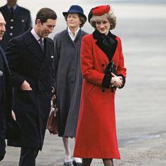 Prinzessin Diana trägt einen roten Mantel in Birmingham