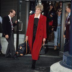 Prinzessin Diana im bodenlangen roten Mantel