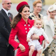 Herzogin Kate im roten Mantel von Catherine Walker
