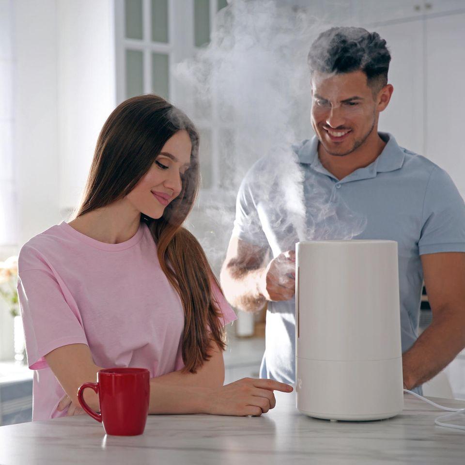 Luftbefeuchter, junges Paar, junge Frau, junger Mann
