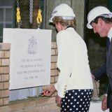 Royal-Fans wird die Szene mit William bekannt vorkommen:Prinzessin Diana legte am 6. Juni 1990 im Royal Marsden Hospital symbolisch den Grundstein für einen neuen Gebäudeflügel. Was für ein Gänsehaut-Moment für William, es Diana knapp 40 Jahre später gleich zu tun.