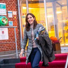 Unter ihrem Regenmantel trägt Prinzessin Mary sogar noch eine weitere Jacke aus Daunen - um sie warm zu halten. Bei kühlen 13 Grad ist das sicherlich schlau - und trotzdem stylisch!