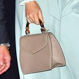 Die beige Tasche mit Bambus-Henkelist schon lange im Besitz der Frau von Prinz Carl-Philip und wurde von den schwedischen Designerinnen Paula Hedström und Eva-Lotta Hallius entworfen.