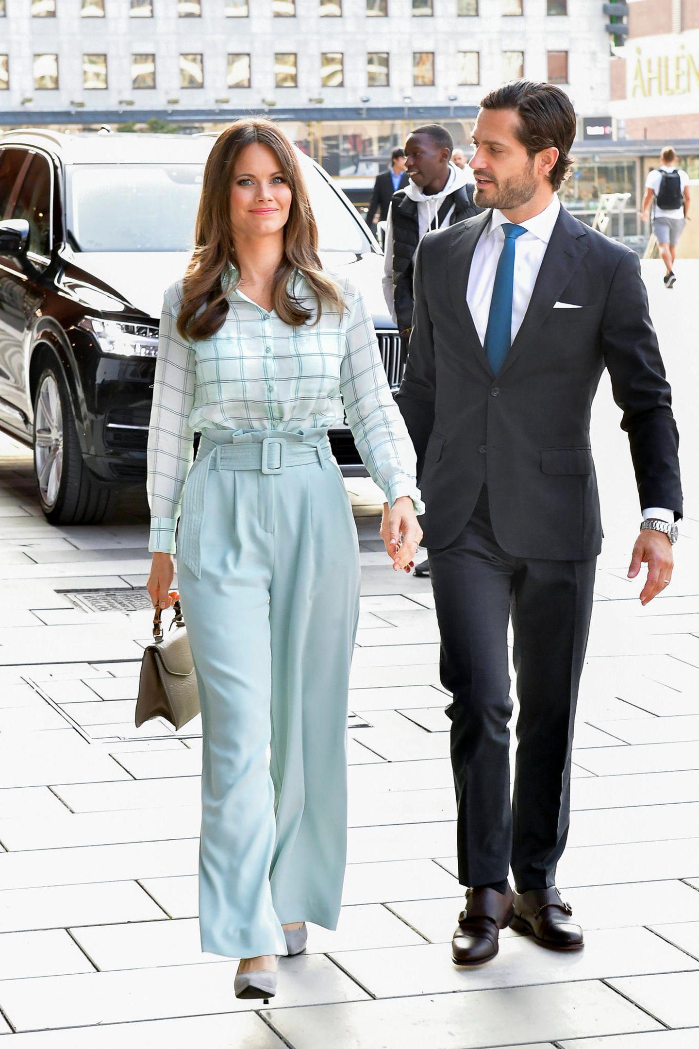 Prinzessin Sofia von Schweden setzt zu ihrem hellblauen Ensemble auf eine helle Tasche.