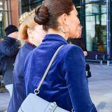 """Die """"Rockstud""""-Tasche von Valentino für rund 1.800 Euro ist bei den schwedischen Royals hoch im Kurs: Zu einem dunkelblauen Zweiteiler aus Samt kombiniert Prinzessin Victoria die It-Bag in Hellblau."""