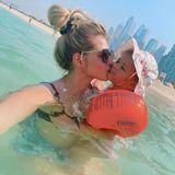 """21. Oktober 2020  """"Hab noch keine Lust Herbstbilder zu produzieren und zu posten"""", verkündet Sarah Harrison zu diesem süßen Throwback-Schnappschuss mit Tochter Mia im Meer. Damit spricht sie wohl vielen Menschen aus dem Herzen, die den Sommer jetzt vermissen. Aufgenommen wurde das Mama-Tochter-Foto vor einigen Tagen in Dubai."""