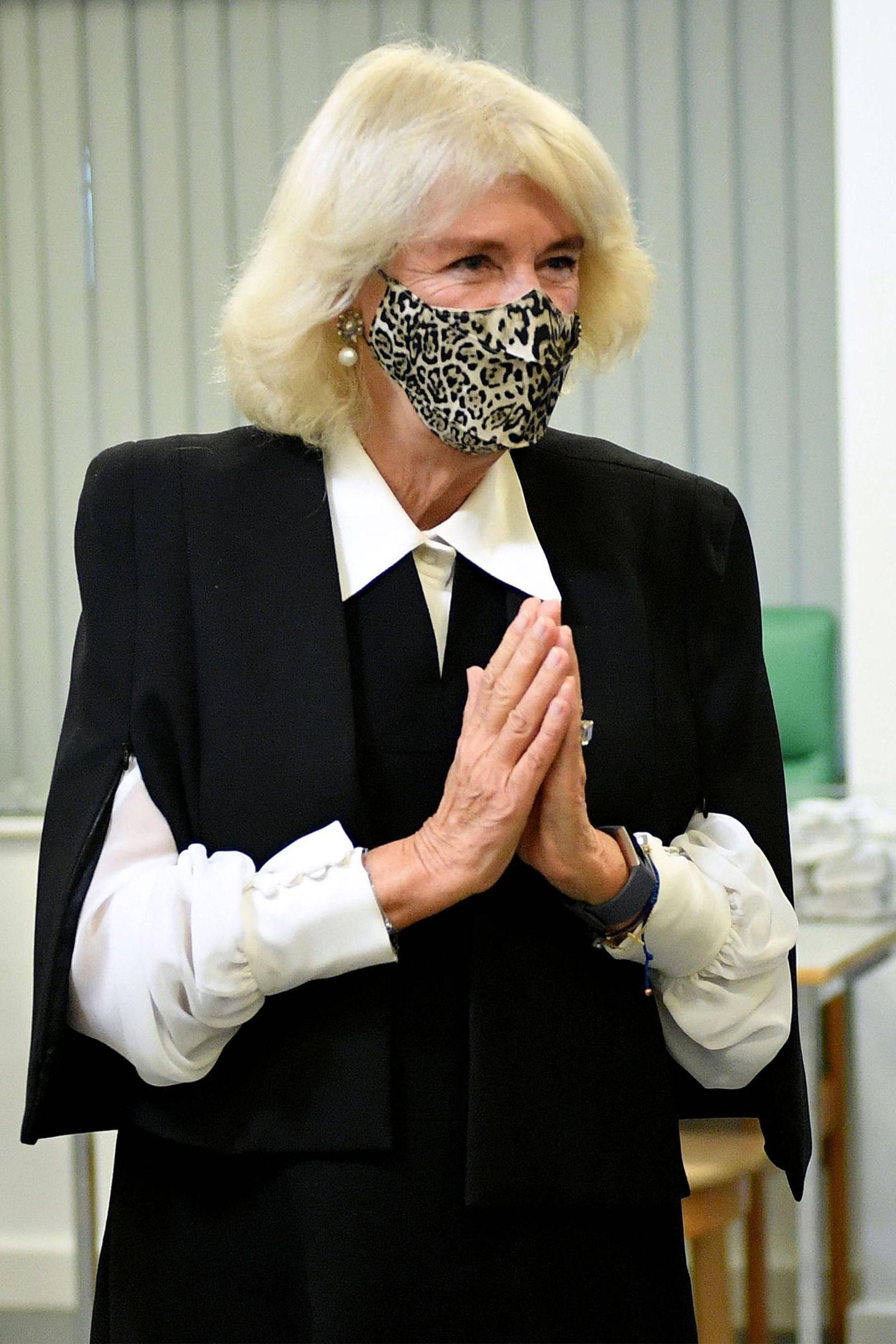 Gleich drei Trends vereint Herzogin Camilla in ihrem neuesten Outfit während ihres Besuchsdes The Pepper Pot Centre in Ladbroke Grove in London: Sie setzt nicht nur auf das Alltime-It-Muster Leo, sondern auch auf einen Cape-Blazer und einen Bubikragen. In Sachen Farbauswahl ...