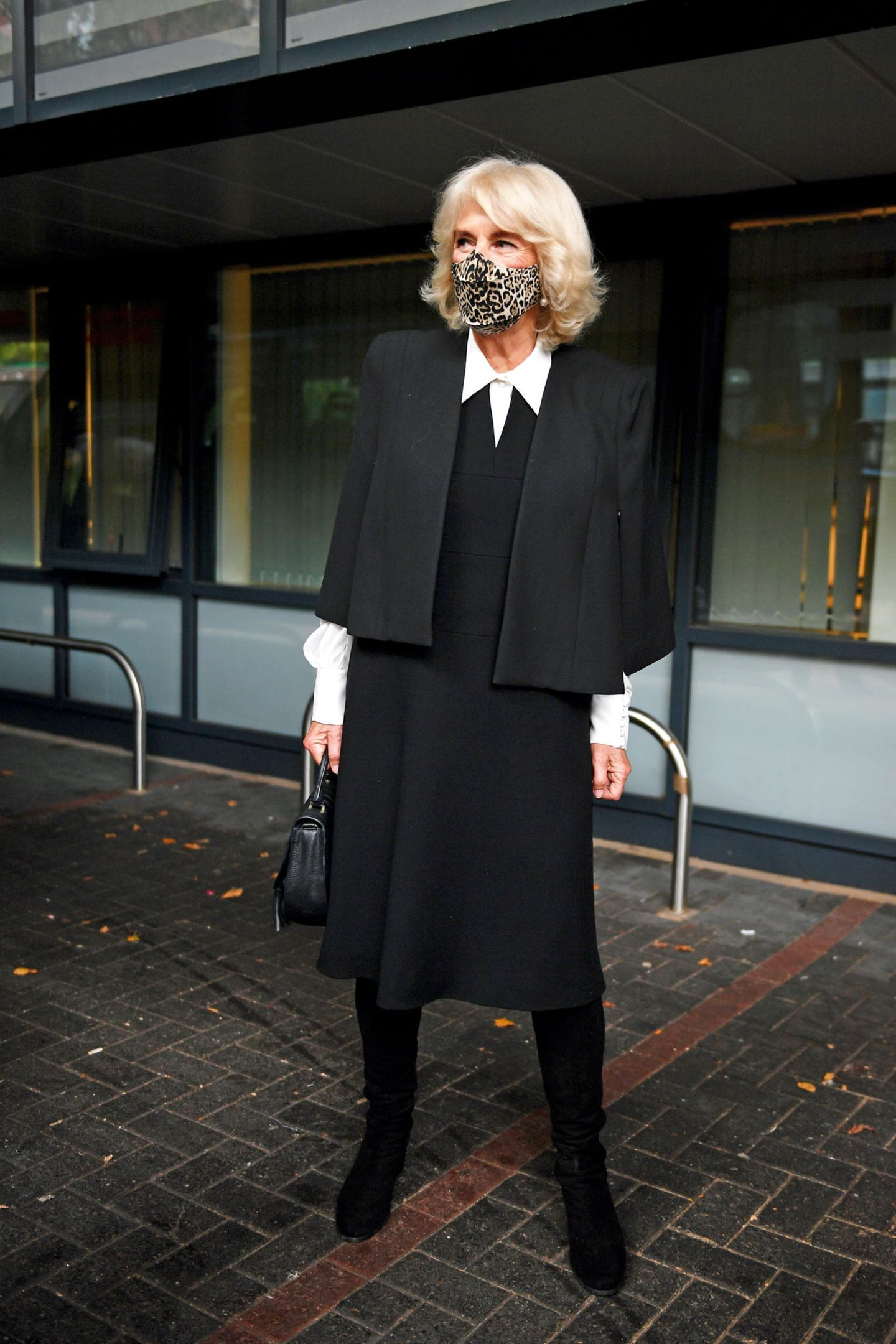 ... hält sich die 73-Jährige allerdings bedeckt und setzt auf eine schlichte Schwarz-Weiß-Kombination aus Kleid mit Blusen-Details, Strumpfhose und Blazer. Perlenohrringe runden ihren überaus stilvollen Auftritt ab.