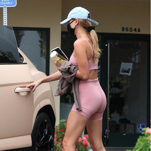 ... die sind so gar nicht sporttauglich. Mit plüschbesetzten Pantoffeln in der Farbe Creme geht sie zurück ins Auto und verleiht ihrem sonst so stylishen Sport-Look einenStilbruch wie ihn wahrscheinlich nur Hailey tragen kann.