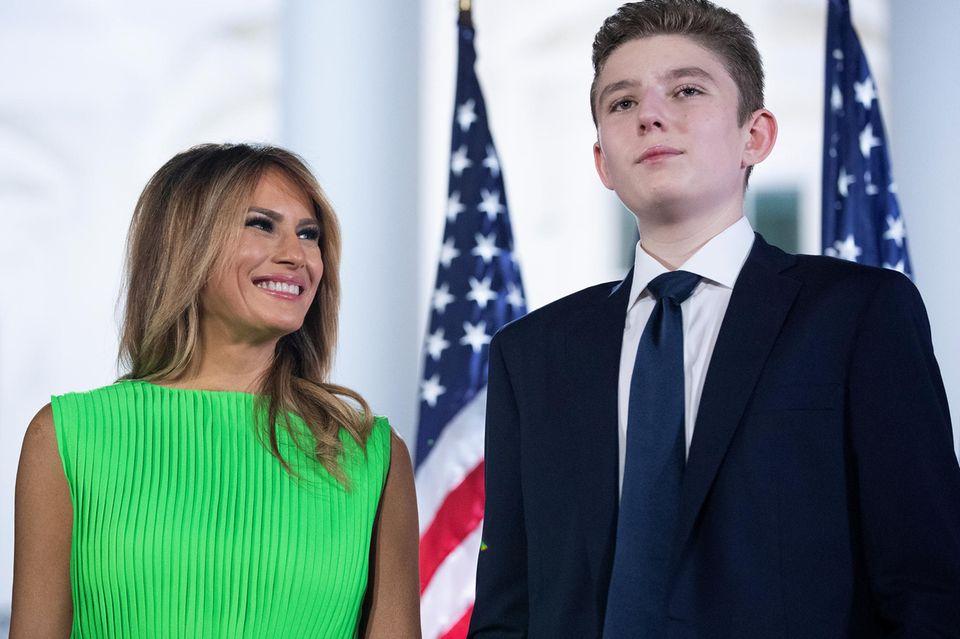 """Das ist ihr wichtig: So hölzern die First Lady oft wirkt, unter Kindern ist sie entspannt. Ihre Kindeswohl-Initiative """"Be Best"""" will sie nach der Zeit im Weißen Haus fortsetzen. Und für Sohn Barron (l.) ist sie eine Löwen-Mutter - als er in der Öffentlichkeit verspottet wurde, konterte sie mit deutlichen WortenHarndrang"""