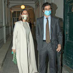Die frisch gebackenen Eltern, Sofia Palazuelo undFernando Fitz-James, besuchen eine Ausstellung in Madrid. Während der zukünftige Herzog von Alba auf einen klassischen grauen Anzug mit hellblauem Hemd und dunkelgrüner Krawatte setzt, trägt seine Frau einen deutlich cooleren Abendlook...