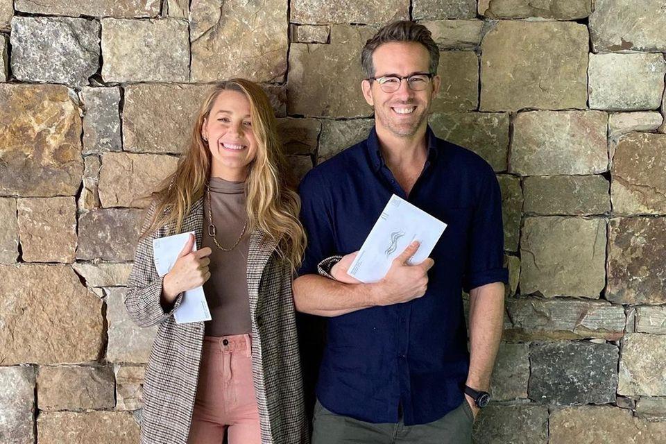 Stolz strahlen Blake Lively und ihr Ehemann Ryan Reynolds in die Kamera: Sie kommen gerade vom Wählen. Gewohnt stilsicher zeigt sich die Schauspielerin in einer rosafarbenen Jeans-Culotte und mit taupefarbenem Rollkragenpullover. Darüber trägt sie einen farblich passenden karierten Mantel. Nur die Schuhe scheint die Dreifach-Mama vergessen zu haben...