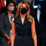 Melania Trump trägt eine schwarze Maske zum Tuxedo-Kleid