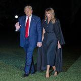Melania Trump im schwarzen Tuxedo-Kleid und bodenlangem Mantel